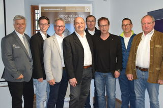 Obm. Ch. Rudig (li.), Obm.-Stv. Ch. Carotta (3.v.l.) und das Team des Bezirksmuseumsvereins Landeck mit Bgm. W. Jörg (3.v.r.).