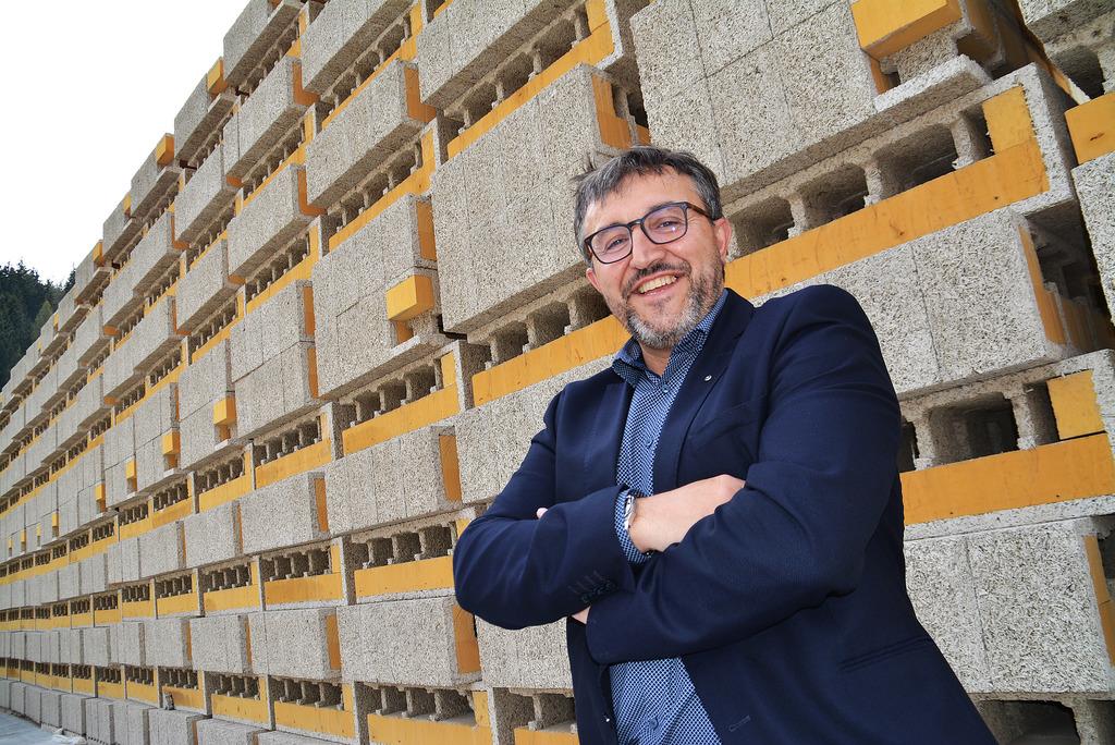 """""""70 Prozent unseres Gesamtumsatzes machen wir außerhalb von Österreich"""", sagt GF Herbert Schilcher. Hinter ihm zu sehen sind Holzbetonsteine mit integrierter Holzfaserdämmung."""