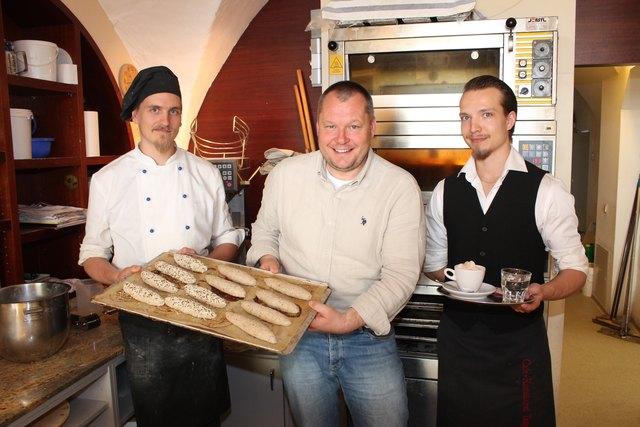 """Taupe mit """"Mr. Reindling"""" Joona Mikael Komulainen (links) und Jussi Oskari Heikinpoika Itäranta, der im Service aushalf"""
