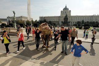 Ein Allosaurus wird beim Abschlussfest vor dem Naturhistorischen Museum die Demonstranten begrüßen.