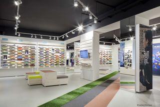 Der RunInc.-Store am Salzgries 3 bietet nicht nur Schuhe, sondern auch Kästchen und Duschen für den Lauf in der Mittagspause.