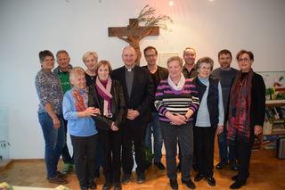 Obm. Bruno Bock (4.v.r.), Dekan Martin Komarek (6.v.l.), Mitglieder der Vinzenzgemeinschaft St. Martin und Bgm. Wolfgang Jörg (7.v.l.).