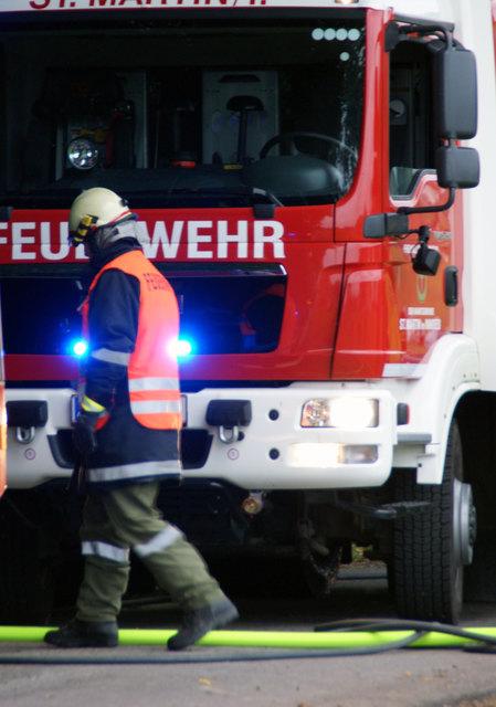 Die Einsatzkräfte der Feuerwehr konnten den Brand rasch unter Kontrolle bringen und belüfteten das Stiegenhaus.