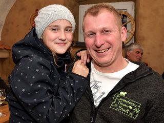 Tochter Anna gratuliert ihrem Papa Harald Furtner (Stummer Patient) zur gelungenen Aufführung.