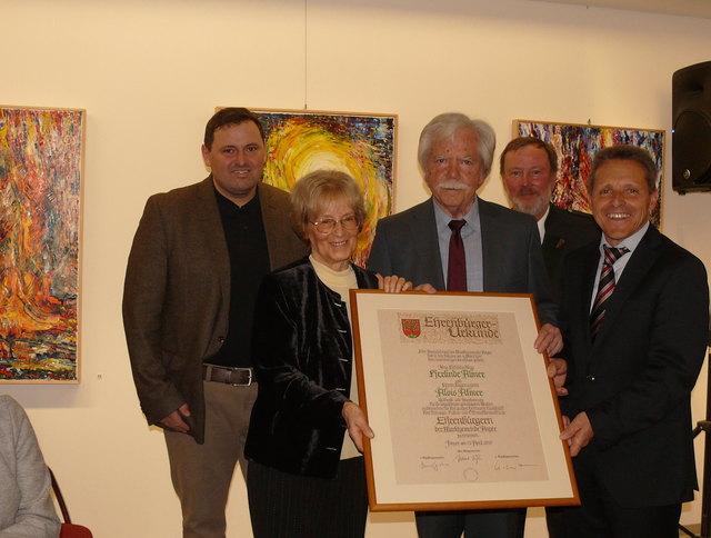 Herlinde und Alois Almer mit ihrer Ehrenbürgerschaftsurkunde, verliehen von der Gemeinde Anger durch Bgm. Hubert Höfler (r.), Vizebgm. Hannes Grabner (l.) und Vizebgm. Franz Grabner.