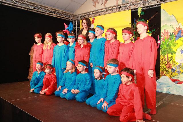 Gruppenbild der Geggi-Darsteller mit Regisseurin und Klassenlehrerin Eva Haslinger.