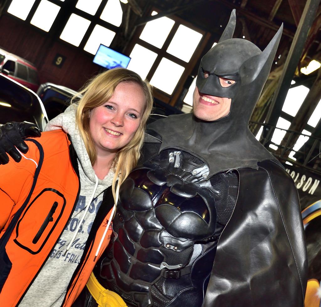 """Beliebtes Fotomotiv: """"Batman"""" Martin Hahn mit Leonie Funke."""
