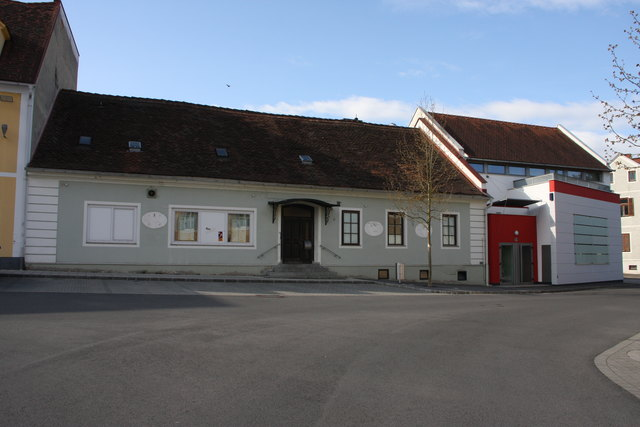 """Baustelle am Hauptplatz: Das ehemalige """"Hexenhaus"""" neben der Feuerwehrgarage wird abgerissen."""