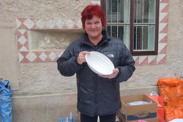 Manuela Langes zeigt eine alte Puddingform aus den 40er Jahren.