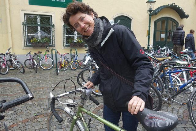 Christina Kaufmann kaufte sich ein Fahrrad für ihre Fahrt zum Bahnhof