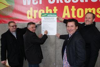 Sie unterstützen die Petition für den Ökostrom: Erich Mandl, Bgm. Hermann Pferschy, Betreiber Christoph Haller und Hannes Hauptmann