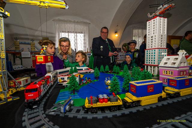 Am Bild: ObmStv. Anton Haftner mit begeisterten Besuchern im Sierndorfer Lego-Land.