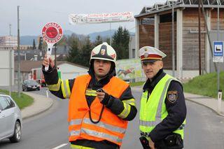 Der Polizist Manfred Riepl (r.), selbst Florianijünger in Lasberg, schulte die Verkehrsregler der Feuerwehr.