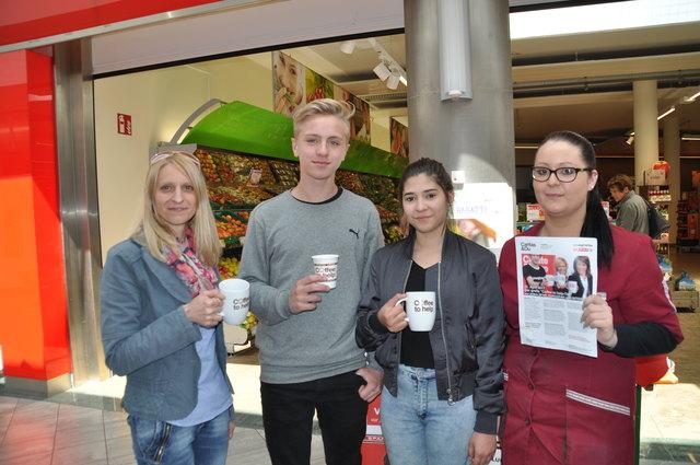 Die Firmlinge Nico und Bianca (Mitte) gossen im Fé Citycenter Kaffee ein