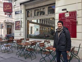 Als Treffpunkt hat Reichelt das Café Jelinek ausgesucht: Ein Institution im Bezirk und außerdem in der Nähe seines neuen Arbeitsplatzes in der Bezirksvorstehung.