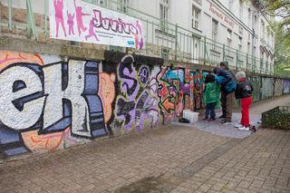 """Apropos Recht: Völlig legal wurde die Wand im Fritz-Imhoff-Park von Kindern angesprayt. Es ist die dritte Fläche im Bezirk und die 15. in Wien, auf der als """"Wiener Wand"""" das Sprayen erlaubt wurde."""
