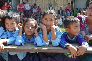 250 Kinder freuen sich über die neue Schule, nun gilt es aber noch Schulkleidung und Lehrer zu finanzieren.