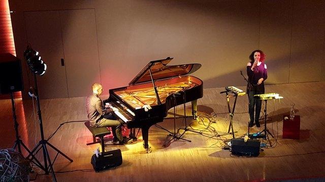 Elisabeth Lohninger und Walter Fischbacher auf der Bühne der Landesmusikschule Vöcklabruck