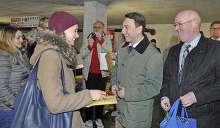 Wohnbaulandesrat Manfred Haimbuchner und Stadtrat Harald Melchart überreichen die Schlüssel zur neuen Wohnung.