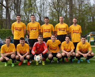 Die erfolgreichen Spieler des SV Heldenberg vor dem Meisterschaftsspiel in Pulkau.                                                                       Foto: Josef Messirek