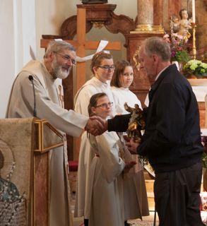 Pfarrer Martin Grüssenberger gratuliert Josef Weber.