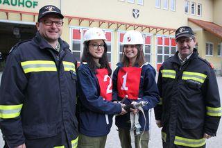 Die Bewerter Franz Hackl (links) und Manfred Starzer (rechts) mit Christina Poißl (Nummer 1) und Julia Reindl (Nummer 2) von der FF Freistadt.