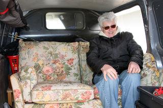 Hermine Schrank findet an alten Möbeln gefallen und präsentiert ihre Schätze wie dieses Sofa auf einem Flohmarkt.