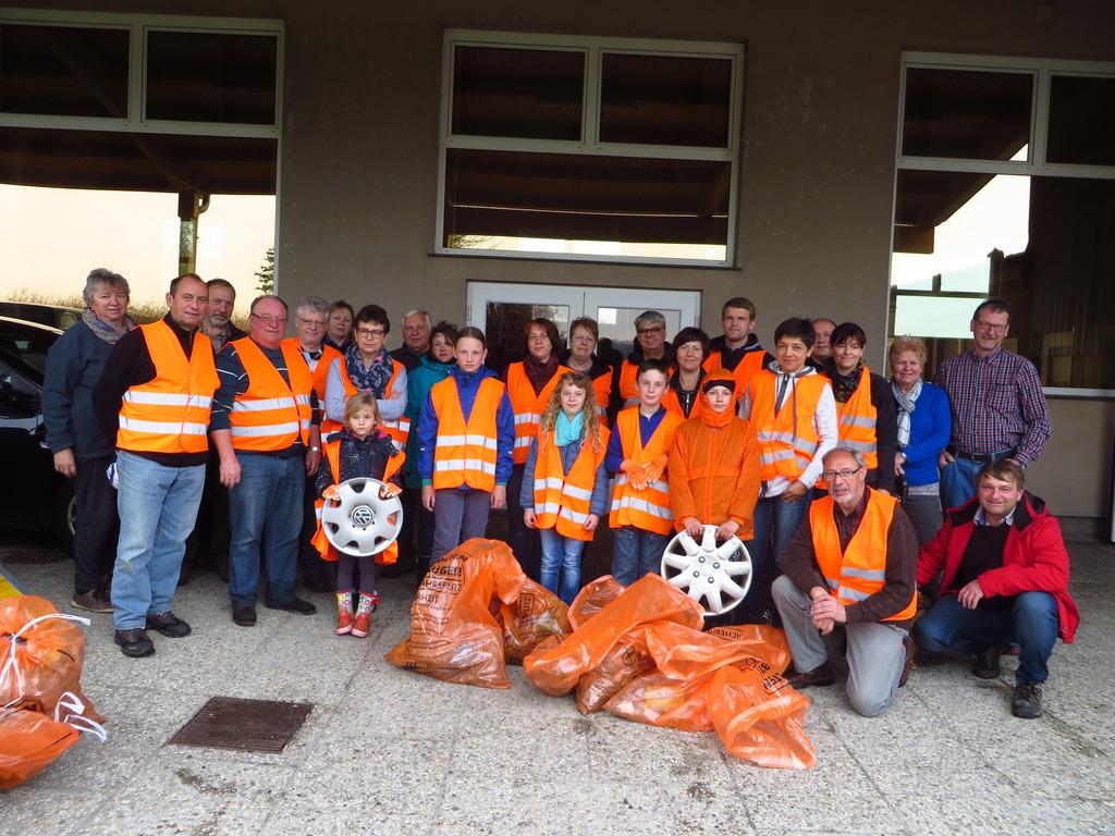 Fleißige Helfer sammelten säckeweise Müll in Dietmanns