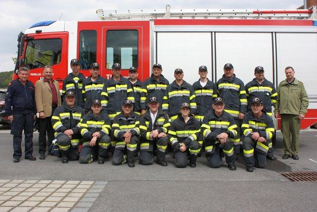 Bewerb Bronze: Hatzendorfs Feuerwehrspitze mit Ortsteilbürgermeister Walter Wiesler (2.v.l.) und den Teilnehmern des Bronze-Bewerbs.