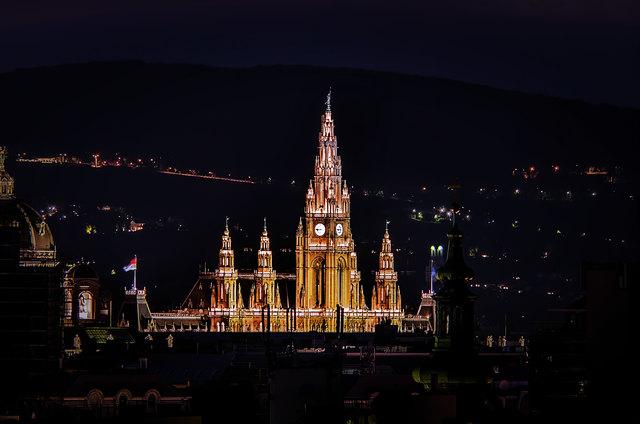 Das Rathaus in Wien aus einer nicht alltäglichen Perspektive.