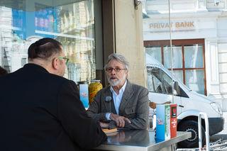 Beim bz-Interview am Würstelstand: Adi Hirschal.