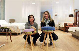 """Innovativ: Dors Brandner mit Sit-in Designerin Alice Egger und ihren Hockern """"Merry-Go-Round"""" - man sitzt auf Tennisbällen als Federung"""