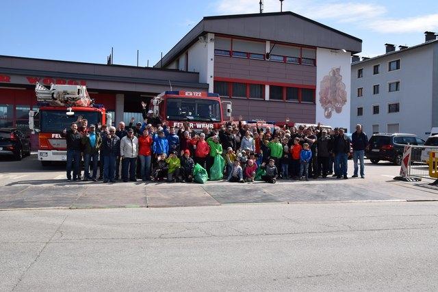 Viele freiwillige Müllsammler am Wörgler Feuerwehrhaus.