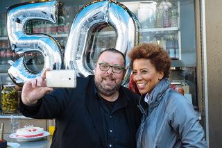Der allererste Gast kam beim 50. Jubiläum zurück: Diesmal interviewte Arabella Kiesbauer Gastgeber Thomas Netopilik.