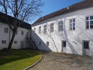 Der Innenhof. Der Trakt links beherbergte einst das Gefängnis.