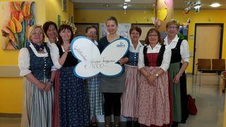 Spendenübergabe an die Organisation Debra in Salzburg. Von links: Eva Haider, Martha Hinterdorfer, Christine Katzensteiner, Marianne Wurm, Iris Bregulla, Franziska Einfalt, Theresia Irrendorfer und Rosa Hintersteiner.