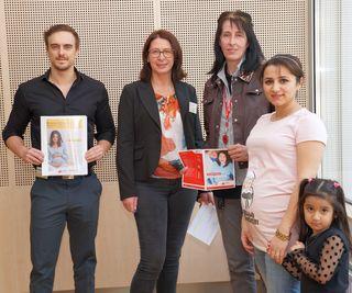 v.l.n.r.: Martin Nossek (NÖGKK), Sabine Csar (NÖGKK), Hildegard Gehringer (AKNÖ), Fatma Kilic mit Tochter Esila