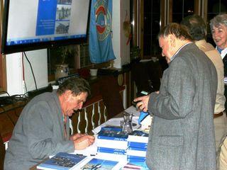 v.l. Werner Zofal u. Franz Köfel beim signieren seines Werkes