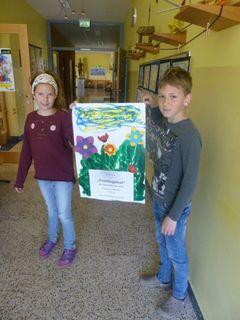 Bild: Kinder der VS Pfarrwerfen haben bunte Plakate für das Frühlingsfest gestaltet-