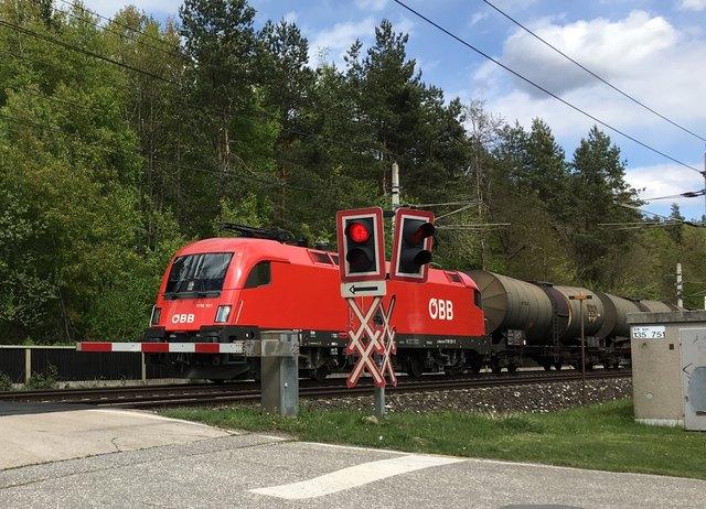 Vor dem Bahnübergang Walterskirchen (Naturschutzgebiet) fahren Güterzüge, von denen am meisten Lärm ausgeht