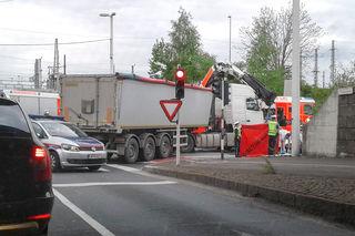Der Lkw-Lenker übersah beim Abbiegen den Radfahrer.