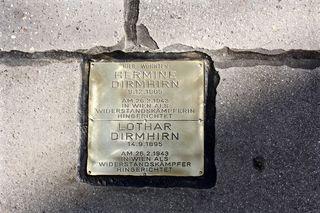 Der Stein der Erinnerung für die Widerstandskämpfer Hermine und Lothar Dirmhirn befindet sich vor dem Gemeindbau am Nietzscheplatz 2