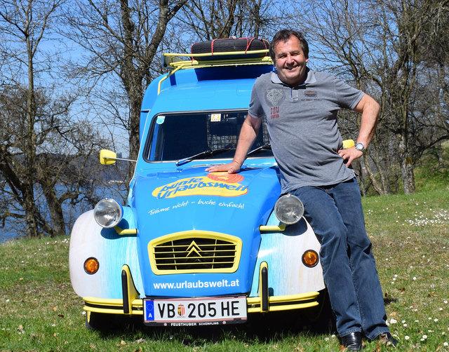 Harald Schobesberger ist stolzer Besitzer einer 2CV-Ente und wird mit dieser an der Reise nach Peking teilnehmen.