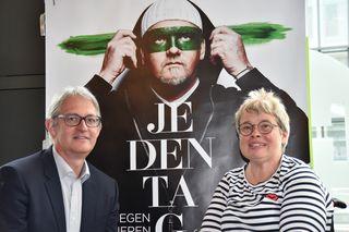 GF Georg Willeit und Birgit Pickert vor dem Kampagnensujet mit DJ Ötzi
