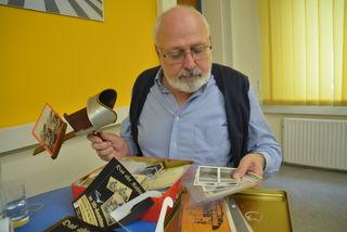 Dietmar Wieser mit Stereoskop und Fotosammlung.