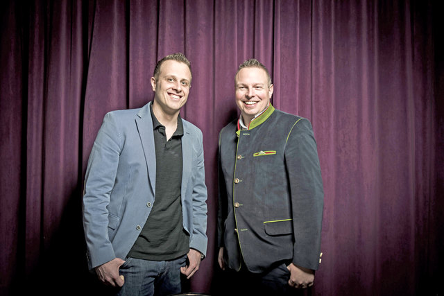 """Neuzugang im Carl: Sommelier Udo Riegler (rechts) präsentiert mit Philipp Haiges die nächste """"Carl & Friends""""-Runde."""