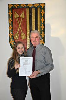 Bürgermeister Hölzl gratuliert Katharina Past.