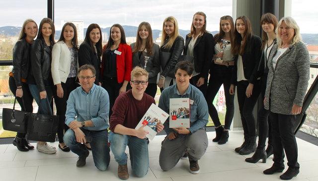 Die teilnehmenden Schülerinnen und Schüler der HAK Vöcklabruck sowie Prof. Mag. Erich Dallinger (links vorne) und Frau Direktorin Mag. Renate Fölser (rechts).