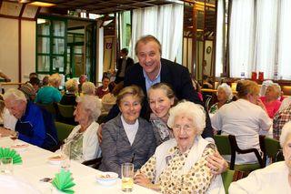 Frühlingsfest in Hochstimmung: Heini Altbart mit Helga, Gertrude und ihrer Mama Christine