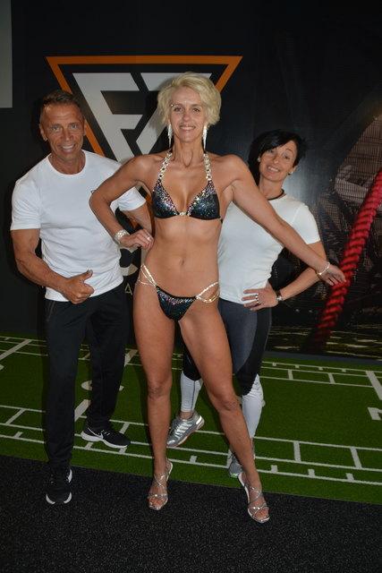 Katarina Gufler ist bereit für die Bühne und bedankt sich bei Sylvia und Christian Pickelmann von fit&sun in Telfs.